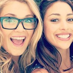 Eliza Taylor (Clarke) and Lindsey Morgan (Raven) | How cute are they!