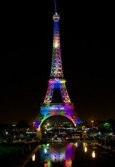 La Tour le 13 juin 2016. Illuminée aux couleurs LGBT, en hommage aux victimes américaines de Orlando.