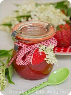 chätzlein im Glas: Holunderblüten-Erdbeer-Gelee (göttlich!)