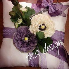 Burçin Hanım için hazırlanan yüzük yastığı... Mutluluğunuzun bir ömür boyu sürmesi dileklerimizle... Sevgiler... #heradesign #özeltasarım #yüzükyastığı #çiçekliyastık #süslümakas #söz #nişan #wedding #ringpillow