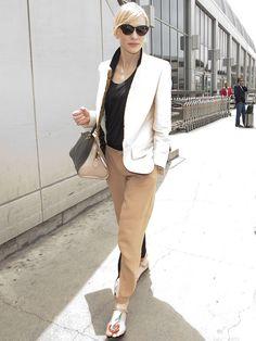 Elegancia extrema y un minimalismo muy cuidado son las claves de este look masculino de Cate Blanchett con pantalones nude de Chloé Resort 2014, camiseta básica en negro, blazer bicolor de Stella McCartney Resort 2014, sandalias planas de Roger Vivier y bolso de piel.
