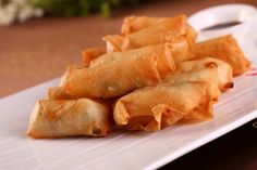 Do you like Spring Rolls? Or have you ever wondered how to make this cute little thing? Today we have Benjamin sharing his story with Chinese Spring Rolls and his amazing infographic illus… Homemade Spring Rolls, Pork Spring Rolls, Chicken Spring Rolls, Appetizer Dishes, Appetizer Recipes, Snack Recipes, Appetizers, Easy Recipes, Recipes With Oyster Sauce