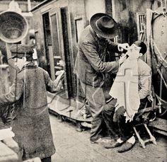 Title: Barber working on board of migratory Italian ship. 1909.  Barbeiro a bordo de navio migratório italiano em serviço.1909.