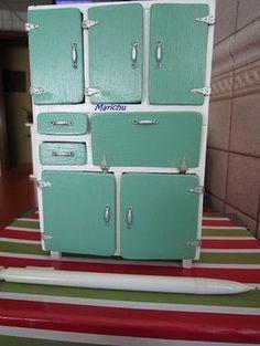 Voy a mostraros como he realizado yo el mueble despensa de los años 60.... MATERIALES: - Madera de 4 mm de grosor (para la e...