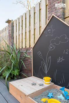 Maak zelf een zandbak met krijtbord | Make your own sandbox with a chalk board #chalkboard #sandbox #children | Eigen Huis en Tuin