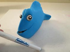 How to make a Finding Dory cake topper • CakeJournal.com Fondant Cake Toppers, Fondant Cakes, Dory Cake, Black Fondant, Edible Glue, Cut Out Shapes, Cake Board, Tutorials