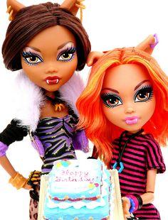 Clawdeen and Howleen Wolf Love Monster, Monster High Dolls, Howleen Wolf, Disney Starbucks, Hedgehog Pet, Monster High Custom, Anime Dolls, Ever After High, Toys Photography