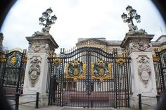 Buckingham Palace Gate by Londonicious on DeviantArt Home Gate Design, Door Design, Art Nouveau Architecture, Architecture Design, Compound Wall Design, Victorian Rooms, Neoclassical Architecture, Baroque Design, Bungalow House Design