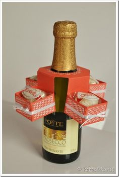 Dress up a bottle with some little chocolates in boxes. Tutorial Flaschenkarusell http://karteundkunst.blogspot.de/2013/04/tutorial-flaschenkarusell.html