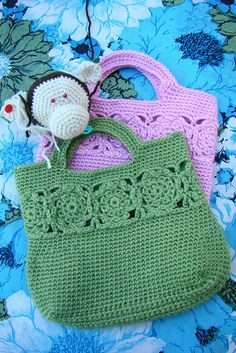 bag crochet with row of grannies around top Bag Crochet, Crochet Motifs, Crochet Handbags, Crochet Purses, Love Crochet, Crochet Crafts, Crochet Stitches, Crochet Projects, Crochet Patterns