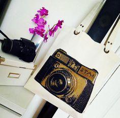 Fotoğraf tutkunu bayanlara özel tasarım çantalarımız çok yakışacak  Sıcak yaz aylarında oldukça kullanışlı birinci kalite keten kumaş çantalarımız sahiplerini bekliyor  Ücretsiz kargo ve kapıda ödeme imkanıyla hemen sipariş verebilirsiniz  Tasarımlarımız @vanilya.dizayn desteğiyle yapılmaktadır diğer çantalar için sayfayı inceleyebilirsiniz    İletişim  whatsapp / 0539 355 88 74