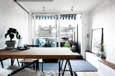 Stora panoramafönster ger stort ljusinsläpp till matrummet