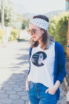 Aprenda como fazer um turbante ou headband sem precisar costurar, usando apenas uma camiseta e uma tesoura. Vem ver o passo a passo desse DIY muito fácil!