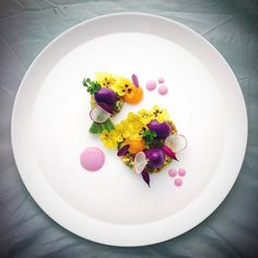 Purple quail egg salad with salt fish and avocado salsa and foraged edible flowers with red cabbage Mayo and cured quails egg yolk - by Chef Fancy Food Presentation, Michelin Star Food, Quail Eggs, Food Decoration, Edible Flowers, Aesthetic Food, Edible Art, Everyday Food, Culinary Arts