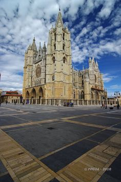 Cathedral of Leon, in it all the achievements of the French architecture gather and the influences of Chartres, Amiens and Reims are fused. Spanish Architecture, Gothic Architecture, Great Places, Beautiful Places, Places To Visit, Managua, Places In Spain, Cathedral Church, Spain And Portugal