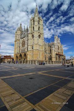 Catedral  de León, en ella se reúnen todos los logros de la arquitectura  francesa y se funden las influencias de Chartres, Amiens y Reims. (1254)