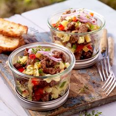 Hackfleisch-Salat im Glas Minced meat salad in glass Vegan Mac And Cheese, Smoked Mac And Cheese, Hamburger Meat Recipes, Beef Recipes, Salad Recipes, Healthy Recipes, Game Recipes, Food To Go, Food And Drink