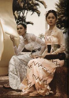 Myanmar Girl's Fashion from Colonial Era