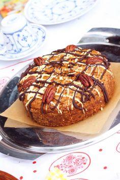 Julis saftig-schokoladiger Karottenkuchen ist ein kleines Kunstwerk für sich - verziert mit zweierlei Schokolade und Pekannüssen bereichert er definitiv jeden Ostertisch.
