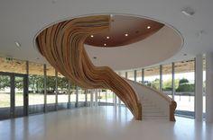 skulpturale wendeltreppe design holz bunte streifen                                                                                                                                                                                 Mehr