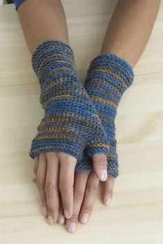 Free pattern- wrist warmers Ravelry: crochet.