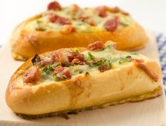 Stuffed Baguette-boat - Recipe Stuffed Baguette, Austrian Cuisine, French Baguette, Good Food, Yummy Food, Party Snacks, Food For Thought, Hot Dog Buns, Baked Potato