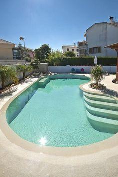 Piscina de arena con agua de color turquesa y plantas / Sand pool with ...
