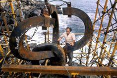 Eduardo Chillida, durante el montaje del 'Peine del viento', al pie del monte Igueldo en San Sebastián en agosto de 1977. / CÉSAR LUCAS