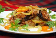 Мусака из баклажанов - запеканка из тонких ломтиков баклажанов, прослоенных мясным фаршем исоусом изтоматов, лука иперца