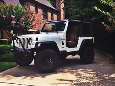 literally all I need in my life is my Jeep & ❤️. Jeep Cars, Jeep Truck, Chevy Trucks, My Dream Car, Dream Cars, Pick Up, White Jeep Wrangler, Super Pictures, Jeep Tj