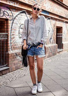 Look da blogueira Polienne com shorts jeans + camisa listrada e bandana como cinto.