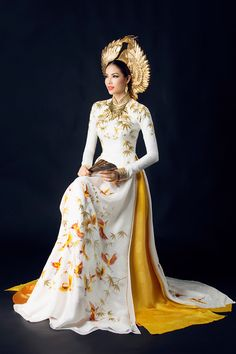 "These were 2 traditionnals long gowns called ""ao dai"". ""The 'ao dai' is a traditional costume of Vietnam, a symbol of the elegance, beauty and charm of Vietnamese women. Vietnamese Wedding Dress, Vietnamese Dress, Vietnamese Traditional Dress, Traditional Dresses, Pretty Dresses, Beautiful Dresses, Ao Dai Wedding, Royal Dresses, Elegantes Outfit"