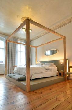 Das Bett auf einem Podest lässt den Raum ganz anders wirken. #Schlafzimmer #Podest #Bett #Schlaf #Bettdecke #Kopfkissen #Holzgestell #Holz #Einrichtung #Inspiration >> Hotel Linnen #Berlin