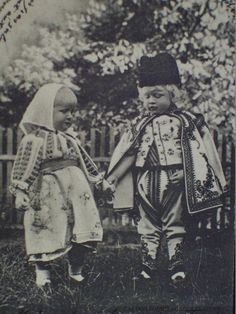 Queen Marie and King Ferdinand's two eldest children, Princess Elisabeth (left) and Prince Carol, in Romanian national dress. Queen Victoria Descendants, Romanian Royal Family, Queen Mary, Royal Weddings, Prince And Princess, Historical Costume, Vintage Photographs, Old Photos, Folk