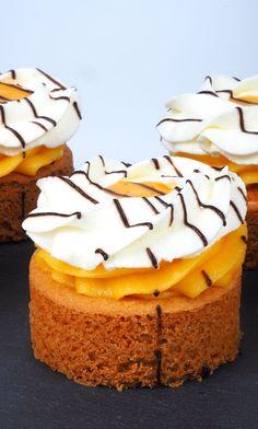 Recept: Advocaat Rondo's | Deleukstetaartenshop Dutch Recipes, Sweet Recipes, Healthy Dessert Recipes, Cake Recipes, Travel Cake, Mini Pies, Pie Dessert, Four, Cakes And More
