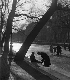 Leren schaatsen op een gracht in Amsterdam 1954 kees scherer