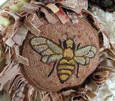 ≗ The Bee's Reverie ≗ Bee Karen Kahle pattern http://www.iloverughooking.com/qubeebykakap.html