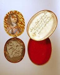 Minispejl med portræt givet som kærlighedsgave af en ung mand fra Breckling-familien i Flensborg.