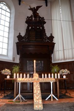 Dodenherdenking in de Sint Joris Tsjerke. Iedereen mocht een kaarsje branden.