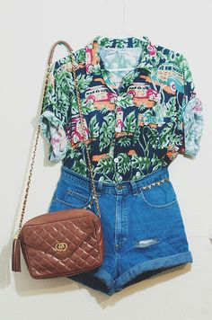 I just bought a hawaiian shirt at the local goodwill…Planning on styling it similar to this for a cute summer look!I just bought a hawaiian shirt at the local goodwill…Planning on styling it s… Looks Chic, Looks Style, Style Me, 90s Style, Trendy Style, Mode Lookbook, Bon Look, Summer Outfits, Casual Outfits