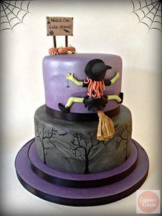 Simpaticissima torta di Halloween con strega schiantata contro una parete