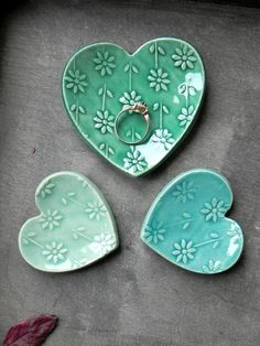 Valentines Geschenk Set Herz Keramikring Gericht Mint und The post Valentines Gift Set Heart Ceramic Ring Dish Mint and Turquoise Love Pottery Plate Flower Jewelry Dish Set of 3 appeared first on Trendy. Pottery Plates, Ceramic Plates, Ceramic Pottery, Ceramic Art, Ceramic Jewelry, Thrown Pottery, Slab Pottery, Clay Projects, Clay Crafts