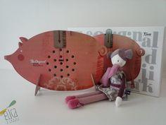 """Salvadanaio """"Piggy Bank, Londji"""". Bambola peluche """"Les Parisiennes, Moulin Roty"""". Giochi in cartone, giochi creativi."""