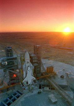 旧ソ連版スペースシャトル「ブラン」、野ざらしの今と華やかな過去の画像 - GIGAZINE