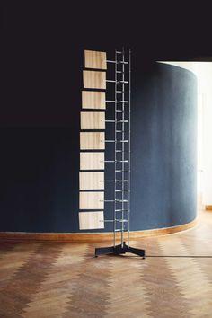Cam Fan ventilator van Atelier Rick Tegelaar. Opgebouwd uit aluminium plaatmateriaal en stalen assen heeft de ventilator een lichte uitstraling. De fineerbladen die de luchtstroom genereren hebben de juiste nerf en veerkracht om op een sierlijke manier te bewegen