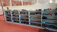 Yli 20 metriä tehokasta säilytystilaa koululaisten kengille. Over 20 meters effective stowage for childrens shoes in school. www.jamito.fi #kenkäteline #shoes #shoerack #shoeshelf #skohylla #skoställning #koulukaluste #päiväkotikaluste