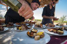 Diego Irrera el Chef residente de Siete Fuegos cocinando duraznos y ciruelas a la chapa