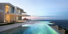 La villa de luxe Sardinera illuminées dans la nuit