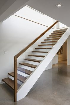 Modern Staircase Design Ideas - Stairs are so common that you don't provide a second thought. Take a look at best 10 instances of modern staircase that are as spectacular as they are . Interior Stair Railing, Modern Stair Railing, Stair Handrail, Staircase Railings, Wooden Staircases, Staircase Ideas, Interior Balcony, Glass Stair Railing, Banisters