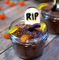 Mason Jar Graveyard Spooky Cakes #Halloween